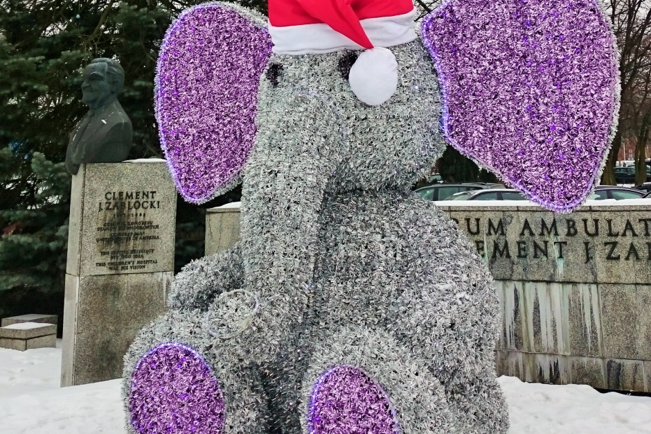 Kraków: 4-metrowy słoń przed szpitalem w Prokocimiu postoi całą zimę