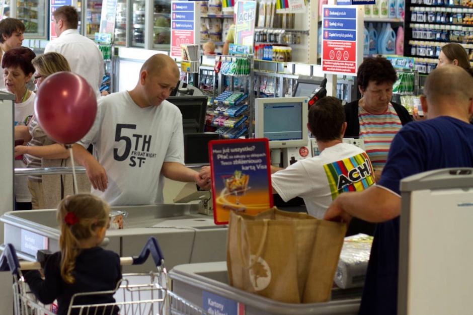Doradca GIS: być może sklepikarze i nowożeńcy powinni płacić za leczenie COVID-19