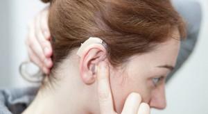 Specjaliści: kolejki do wymiany procesorów dźwięku w implantach słuchowych coraz dłuższe