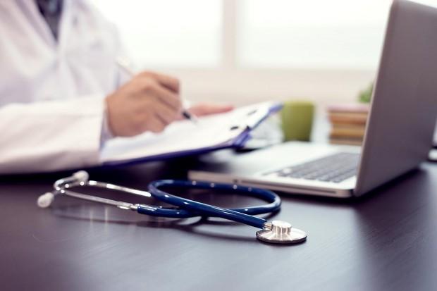 Lekarz coraz dalej od pacjenta