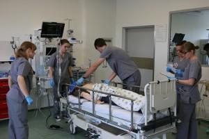 """Katowice: studenci medycyny z Lublina najlepiej """"leczyli"""" symulatory"""