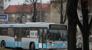 Brytyjski lekarz: nie ustępujmy starszym miejsca w autobusie