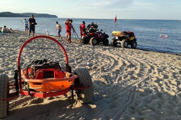 Karetka wezwana do plażowicza ugrzęzła w piasku. Zawinił brak napędu 4x4?