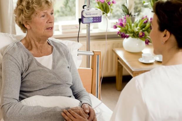 NFZ refunduje leczenie żywieniowe, ale szpitale go nie wdrażają. Kto na tym traci?