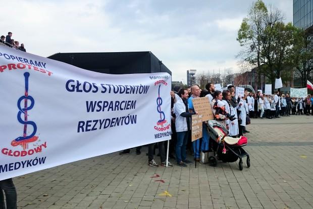 W Łodzi marsz poparcia dla głodujących rezydentów. Zapowiedź zmiany formy protestu