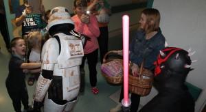 Katowice: bohaterowie Gwiezdnych Wojen z wizytą u małych pacjentów GCZD