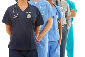 NFZ o szczegółach dotyczących wypłaty dodatkowych pieniędzy dla medyków walczących z COVID-19