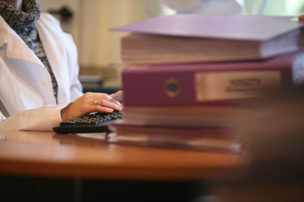 Lekarze grzęzną w papierach. Sekretarki medyczne masowo ruszą im z odsieczą?