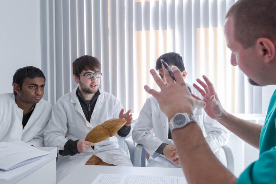 NFZ sfinansuje badania na SARS-CoV-2 studentom kierunków medycznych