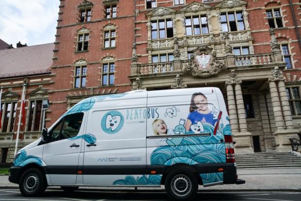 NFZ o dentobusach: z leczenia stomatologicznego skorzystało już kilka tys. dzieci