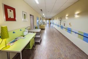 Warszawa: Szpital Specjalistyczny im. Św. Rodziny znosi opłaty za pobyt przy chorym dziecku