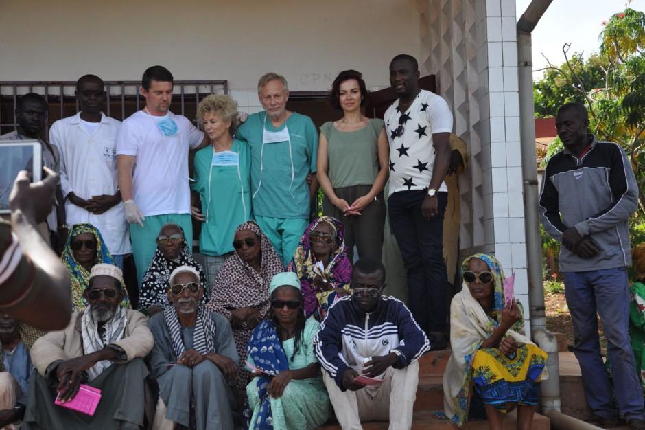 """Akcja """"Oczy Afryki"""": poznańscy okuliści przywracali wzrok pacjentom w Kamerunie"""