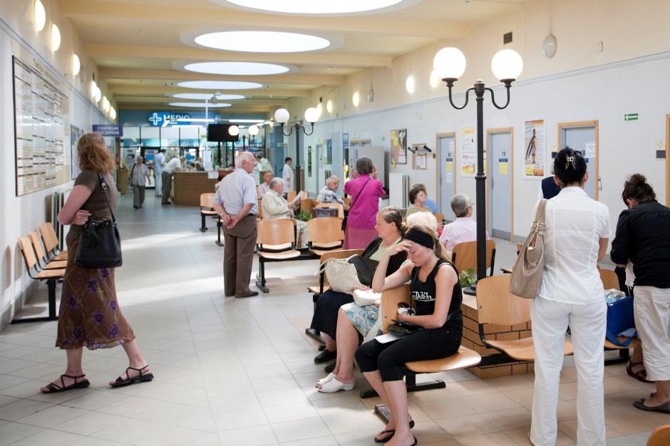 Sprawozdanie NFZ: w tych obszarach leczenia kolejki nie maleją