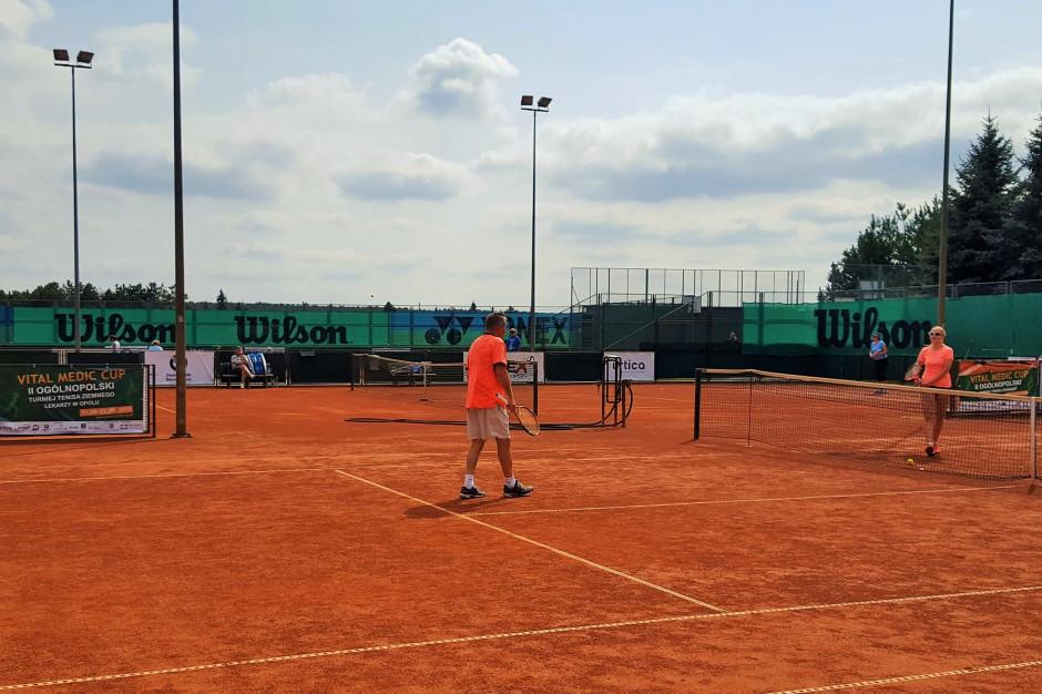 Opole: lekarze grają w tenisa w szczytnym celu, przebadają też dzieci pod kątem wad postawy