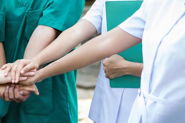 Pielęgniarki po liceum i studium medycznym: duma i uprzedzenie