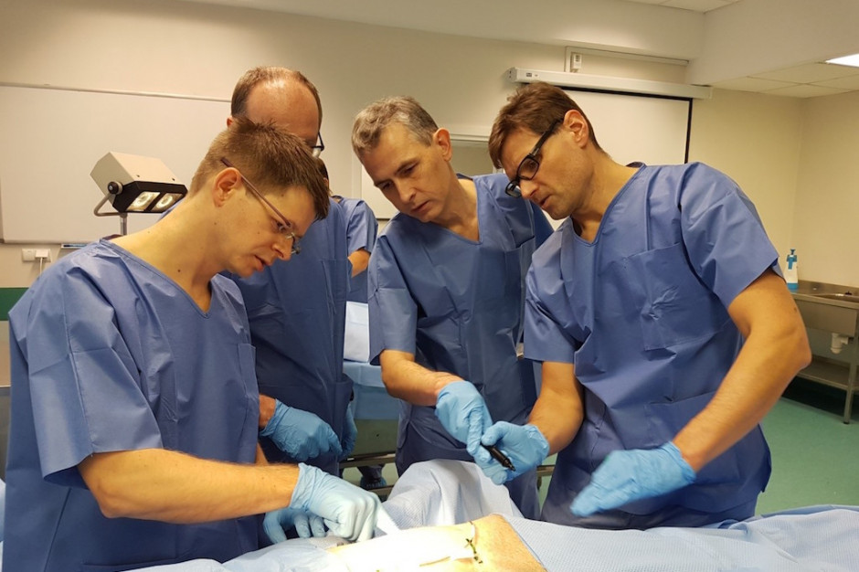Gdańsk: Kardiolodzy trenowali implantację podskórnego układu defibrylującego S-ICD na preparatach anatomicznych
