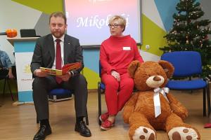 Warszawa: minister zdrowia z mikołajkowymi prezentami w szpitalu dziecięcym