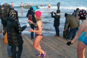 Gdańsk: około stu morsów wzięło udział w noworocznej kąpieli w morzu