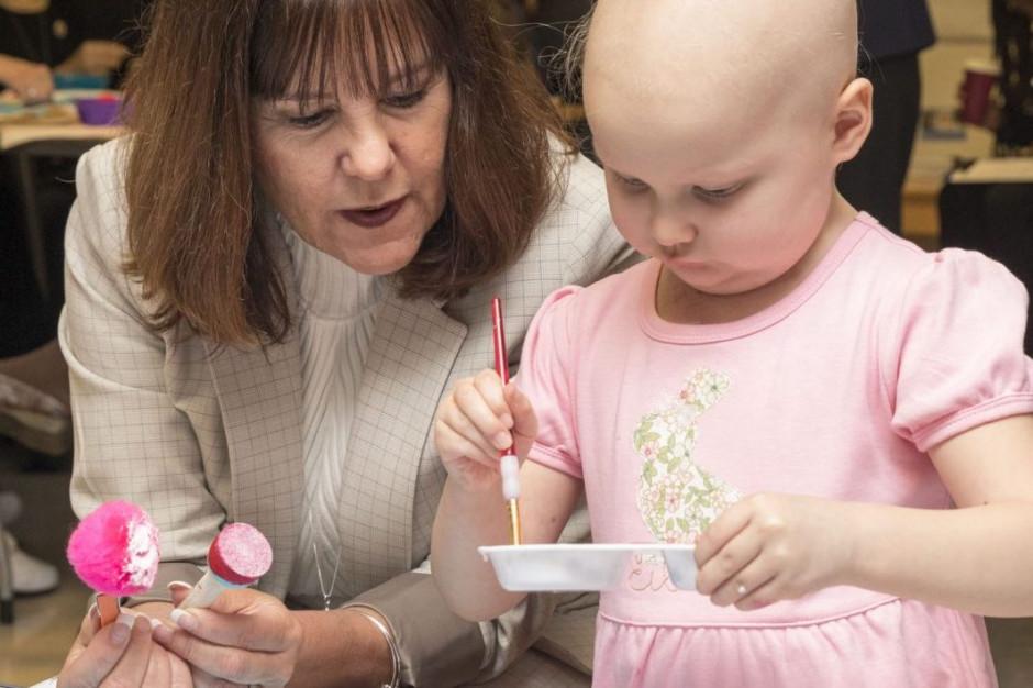 Druga dama USA często odwiedza dzieci w szpitalach, tak postąpiła też w Polsce