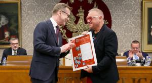 Warszawa: Jerzy Owsiak odebrał uchwałę Senatu WUM popierającą działania WOŚP