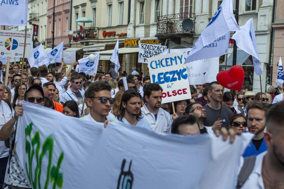 Lekarze ostrzegają po manifestacji: wrócimy do wypowiadania klauzuli opt-out