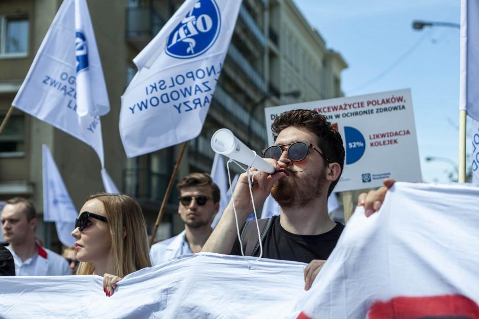 Protest lekarzy w Warszawie: wuwuzele, emocjonalne przemówienia, zapowiedź ograniczania czasu pracy