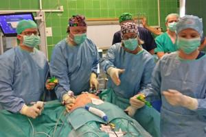 Wspólna operacja specjalistów WUM i CM UJ to początek współpracy klinik