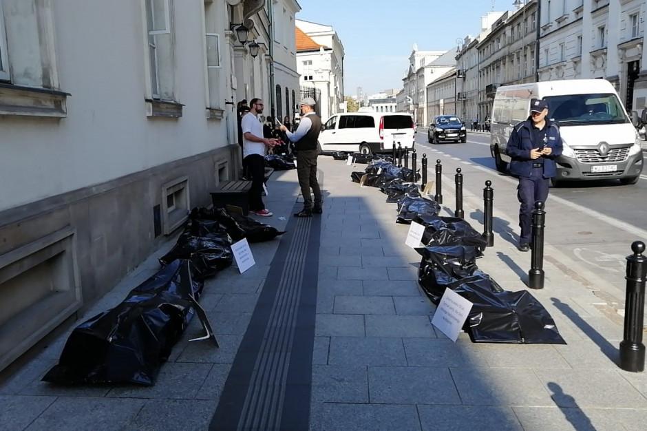 Nietypowa akcja protestacyjna rezydentów przed siedzibą MZ