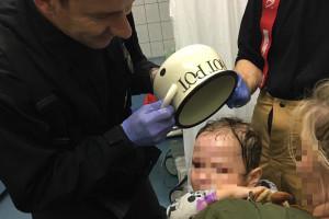 Dziecko z garnkiem na głowie. Strażacy z olejem spożywczym skuteczniejsi od lekarzy