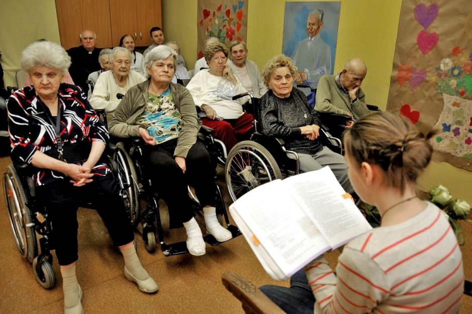 Zabrze: w Dniu Babci uczniowie czytają książki seniorom - pacjentom szpitala