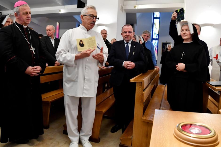 """Relikwie """"z kości"""" św. Faustyny trafiły do szpitala w Kielcach. Mają nieść ulgę chorym"""