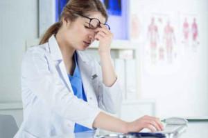 Wytyczne GIS: po narażeniu medyka na kontakt z osobą zakażoną koronawirusem - odsunięcie od pracy