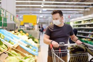 Epidemia w sklepach: klienci coraz rzadziej w maseczkach