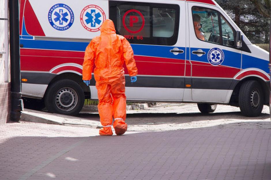 Ratownicy w dobie koronawirusa: nie szkolono nas, jak używać kombinezonów