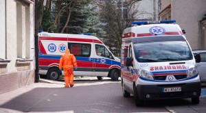 Warszawa: kobieta z podejrzeniem zakażenia zabarykadowała się w mieszkaniu. Siłą zabrano ją do szpitala