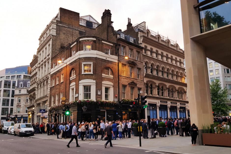 Wielka Brytania z zakazem pozostawania na noc poza domem i organizowania zgromadzeń