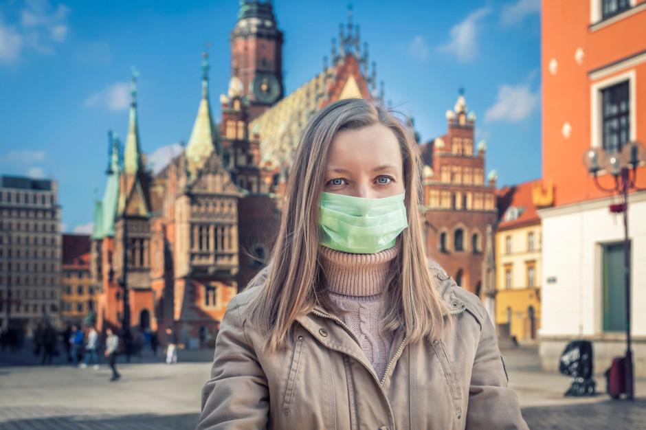 Dr Grzesiowski: maska z szalika czy chustki daje 1 proc. ochrony, ale jest nacisk, by je nosić