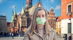 Grzesiowski: maska z szalika czy chustki daje 1 proc. ochrony, ale jest nacisk, by je nosić
