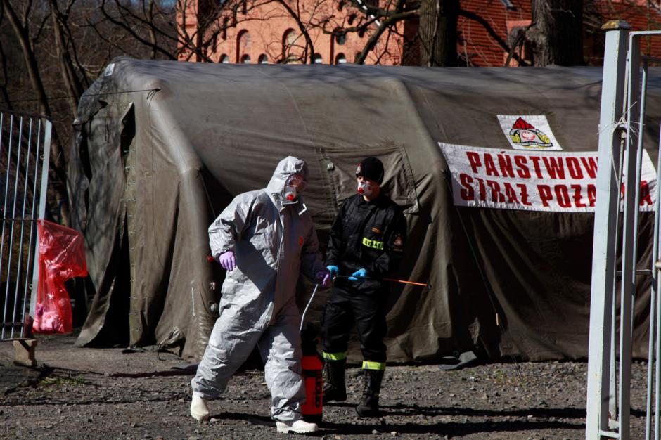 Wojewoda małopolski wysyła strażaków do medyków z wezwaniami do pracy