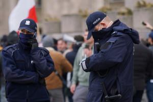 Przeciwnicy obostrzeń wprowadzonych w pandemii koronawirusa protestują na Placu Defilad