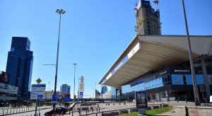 Warszawa: mało klientów w sklepach i galeriach; pusto w komunikacji miejskiej
