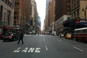 USA: obowiązkowa kwarantanna dla podróżnych przybywających do Nowego Jorku z kolejnych stanów