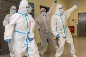 """Pielęgniarki z Katowic tańczą i śpiewają na Facebooku: """"nie okłamuj nas"""""""