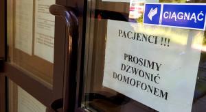 Pacjenci: przestańcie nas leczyć przez domofon i telefon