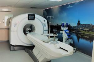Gorzów Wlkp.: tomograf komputerowy zainstalowany w kontenerze medycznym przy szpitalu