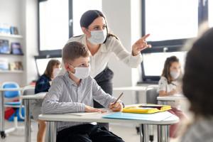 Jak szkoły w Europie walczą z koronawirusem - jedni zamykają, a inni...