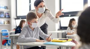 Szkoły w czasach koronawirusa: urzędnicy uspokajają, posłowie, rodzice i nauczyciele pytają