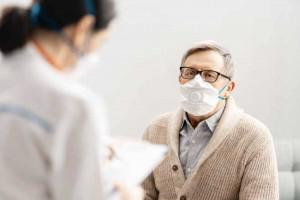 Niezaszczepieni medycy będą szczepić seniorów? Są opóźnienia