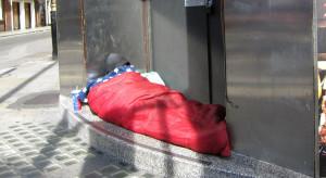 Bezdomni w czasie epidemii na ziemi niczyjej? Mnożą się pytania o testy i kwarantannę