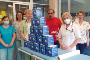 """Sprzedali kalendarz """"Lekarze jak z bajki"""" i zakupili maseczki dla medyków"""